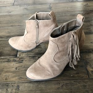❤️ Qupid tan suede faux fringe booties stack heel